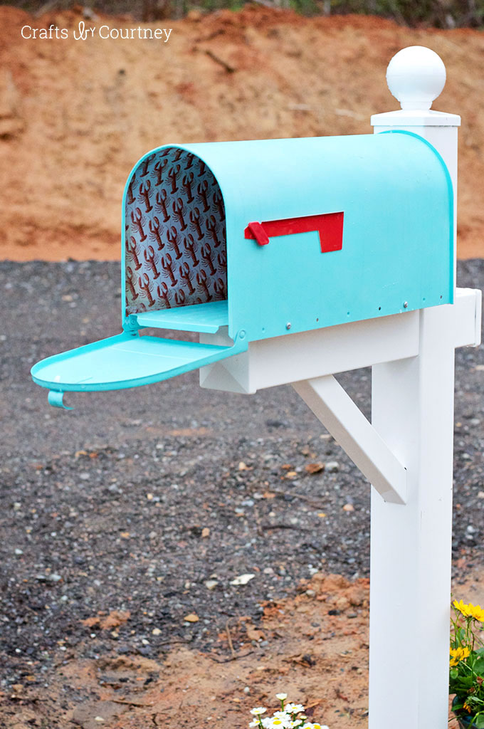 15 mailbox makeovers for instant curb appeal for Mailbox post ideas