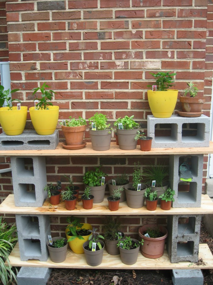 15 creative cinder block projects for your home and yard for Cinder block plant shelf